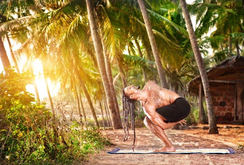 Mann mit den dreadlocks, die Yoga tun stockbild