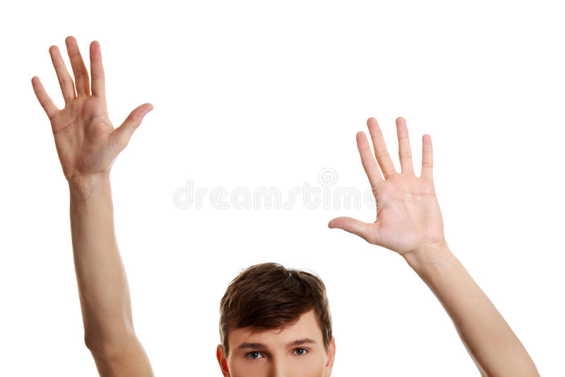 Mann mit den Händen oben stockfotografie