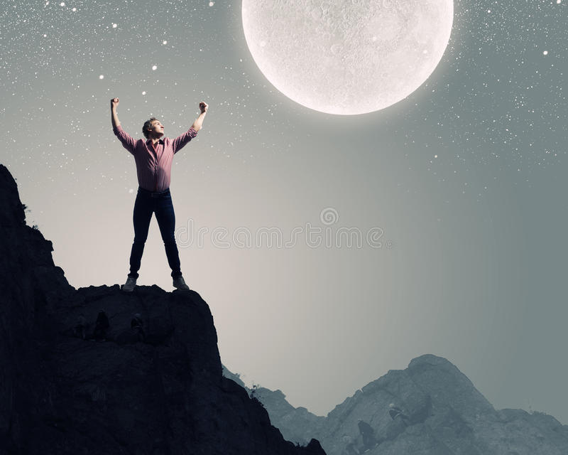 Mann mit den Händen oben stockfoto