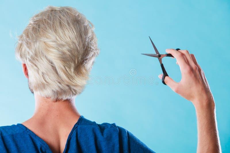 Mann mit den Scheren bereit zum Haarausschnitt lizenzfreie stockfotos