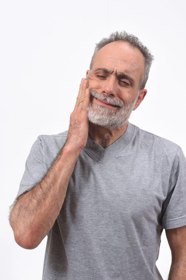 Mann mit den Schmerz auf Schleifen auf weißem Hintergrund stockfotografie