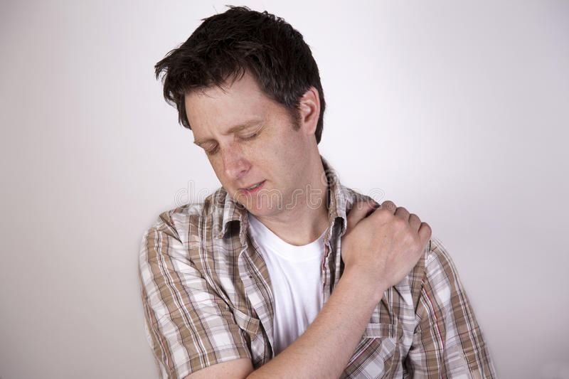 Mann mit den Schulterschmerz lizenzfreie stockbilder