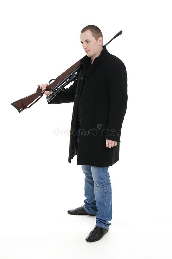 Mann mit der Gewehr auf der Schulter stockfoto