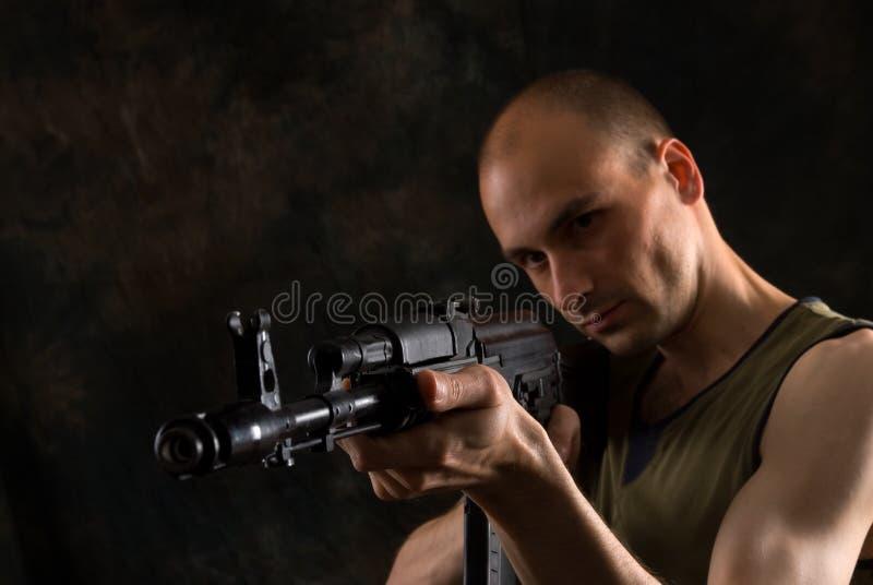 Mann mit der Kalaschnikowgewehr stockfotografie