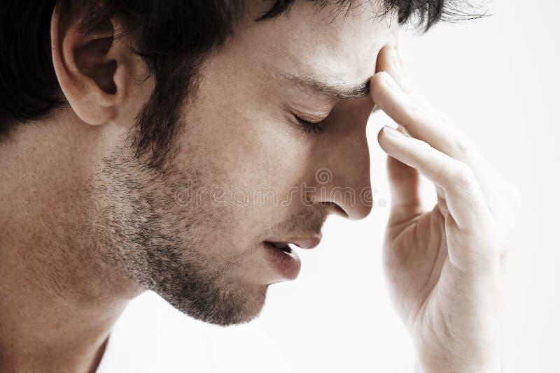 Mann mit der Kopfschmerzen-rührenden Stirn stockbild