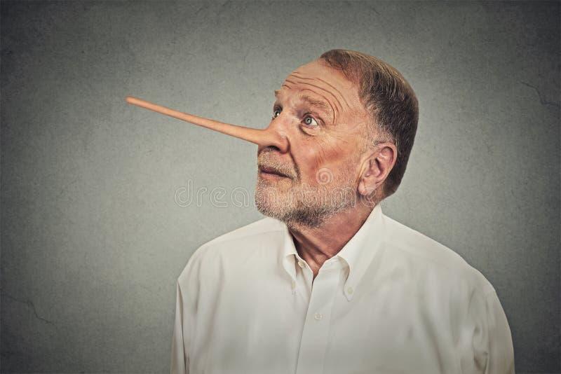 Mann mit der langen Nase, die oben schaut Lügnerkonzept stockbild