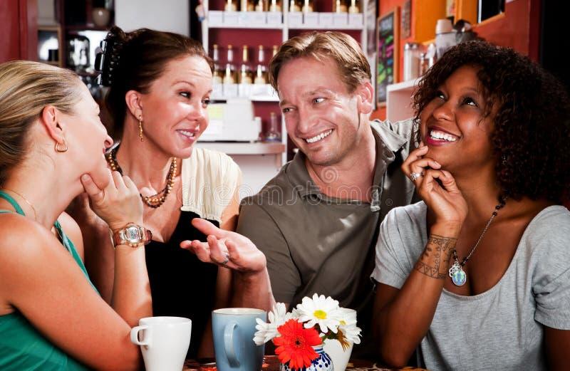 Mann mit drei hübschen Frauen im Kaffeehaus lizenzfreie stockfotografie