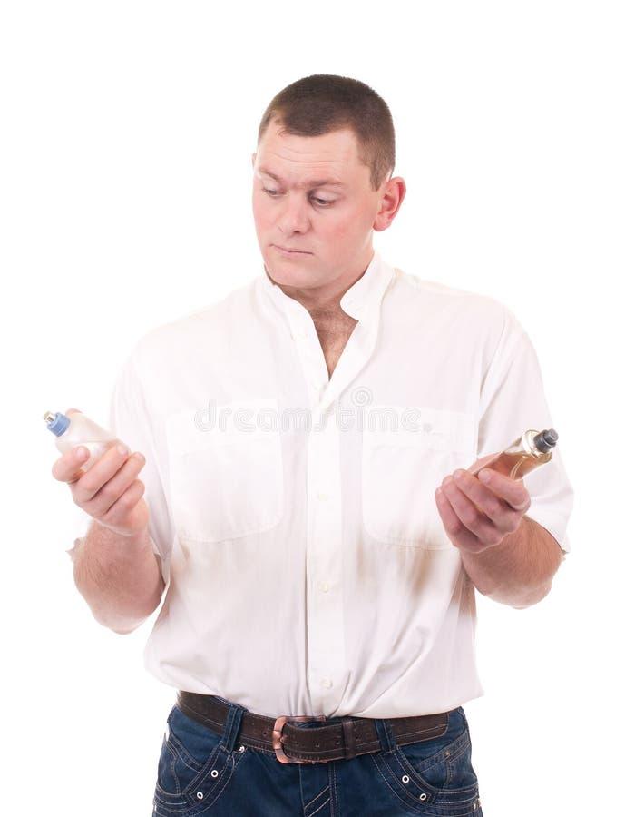 Mann mit Duftstoffflasche lizenzfreie stockfotos