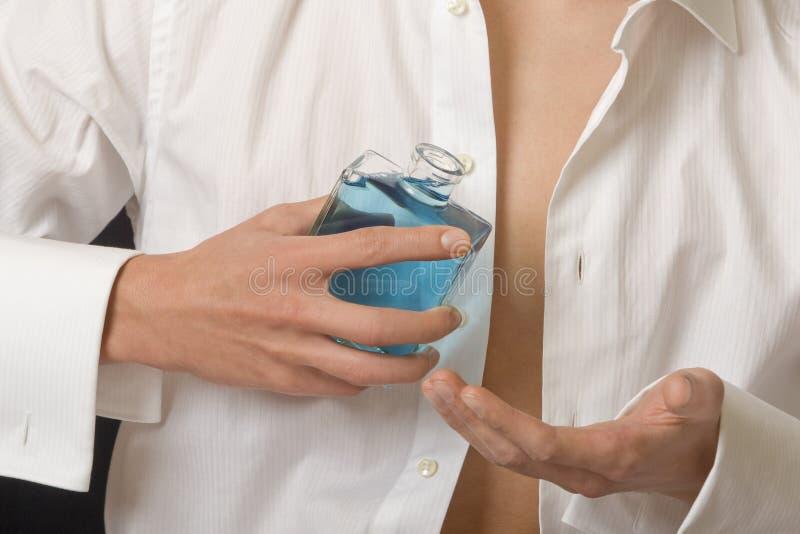 Mann mit Duftstoffflasche lizenzfreies stockfoto