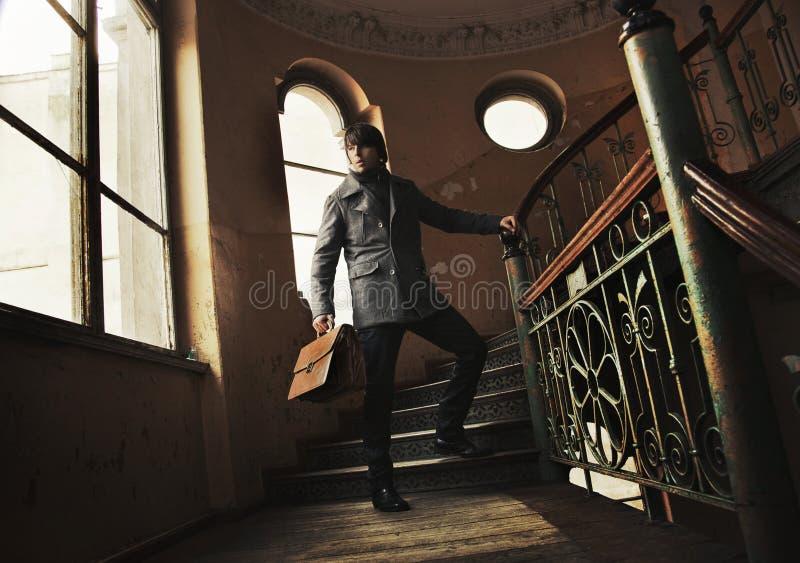 Mann mit einem Aktenkoffer lizenzfreie stockfotografie