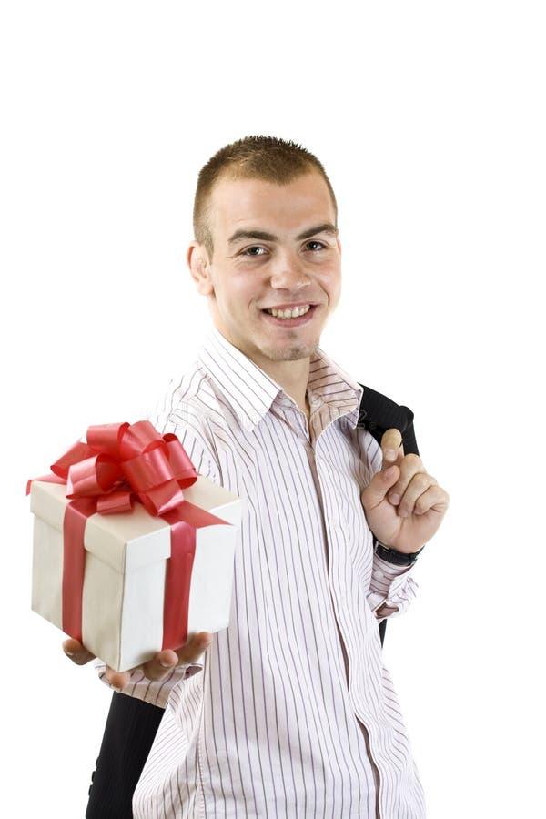 Mann mit einem eingewickelten Geschenkkasten lizenzfreies stockfoto
