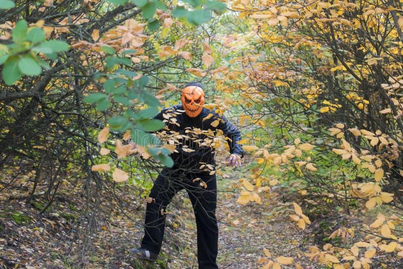 Mann mit einem Kürbis auf seinem Kopf Halloween-Legende stockbilder