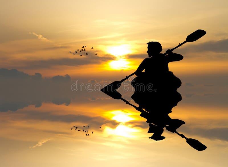 Mann mit einem Kajak bei Sonnenuntergang stock abbildung