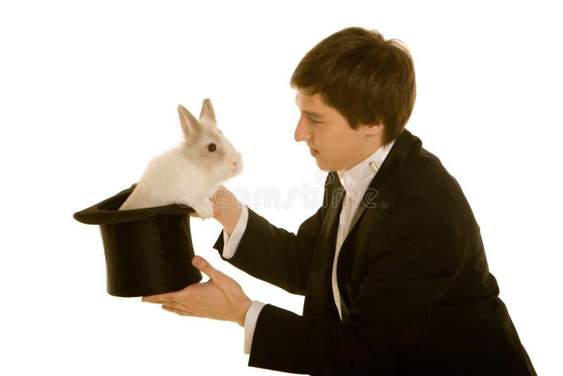 Mann mit einem Kaninchen im Hut stockbilder