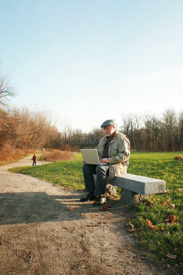 Mann mit einem Laptop stockbild