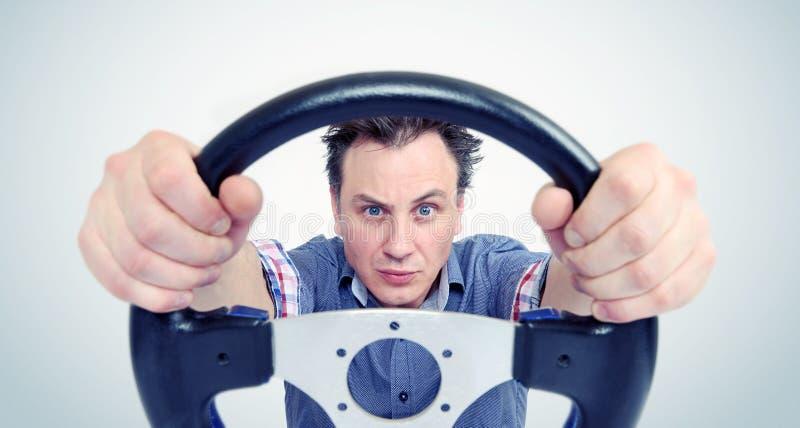 Mann mit einem Lenkrad, Vorderansicht Fahrerautokonzept lizenzfreie stockfotografie