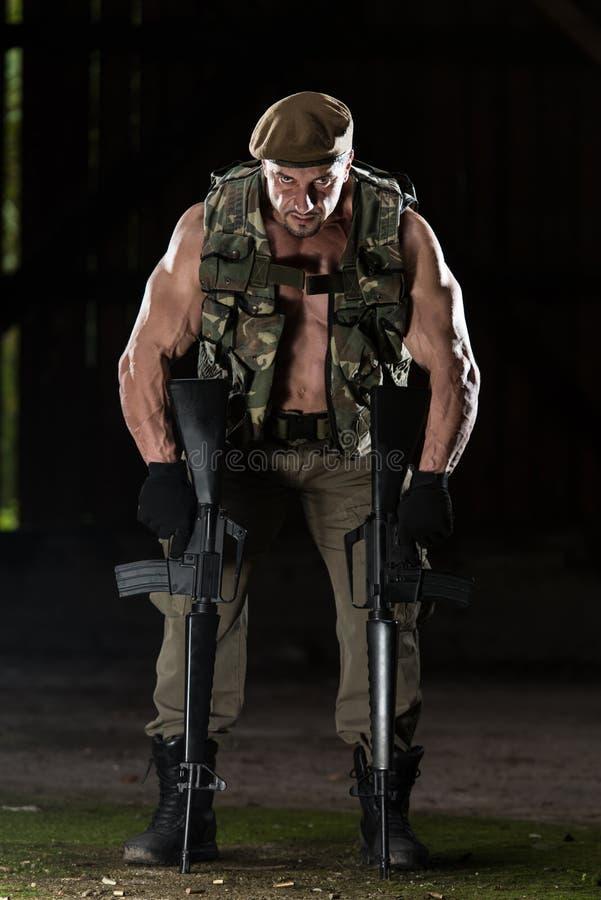 Mann mit einem Maschinengewehr stockfotografie