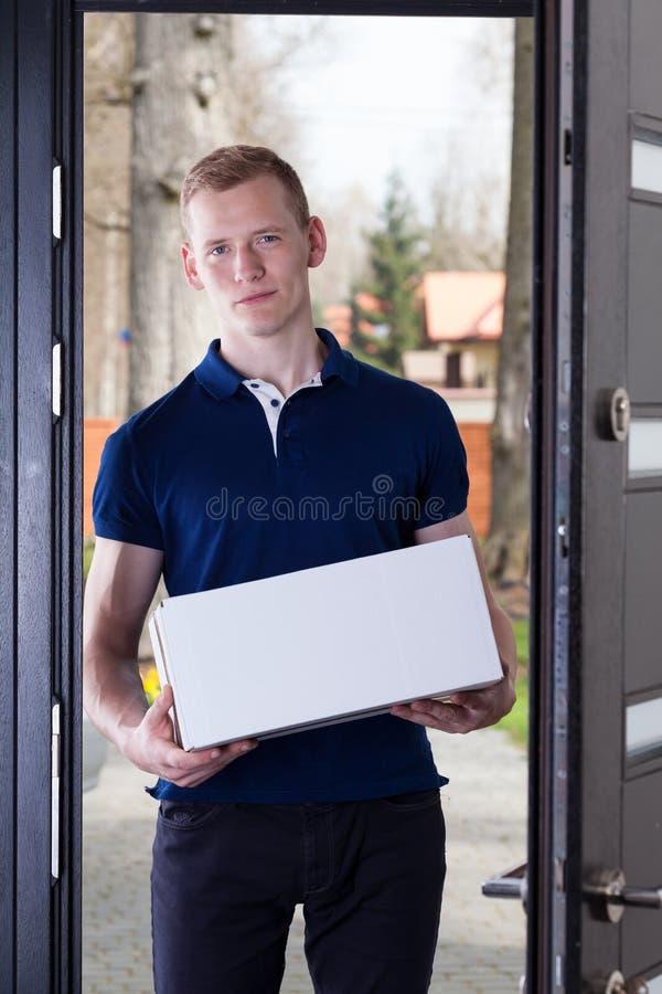 Mann mit einem Paket lizenzfreies stockbild