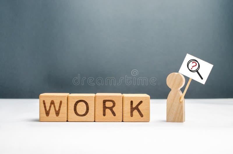 Mann mit einem Plakat und einer Lupe nahe den Würfeln mit der Wortarbeit Mann auf der Suche nach Arbeit oder Halbtagsarbeit kopfj stockbilder
