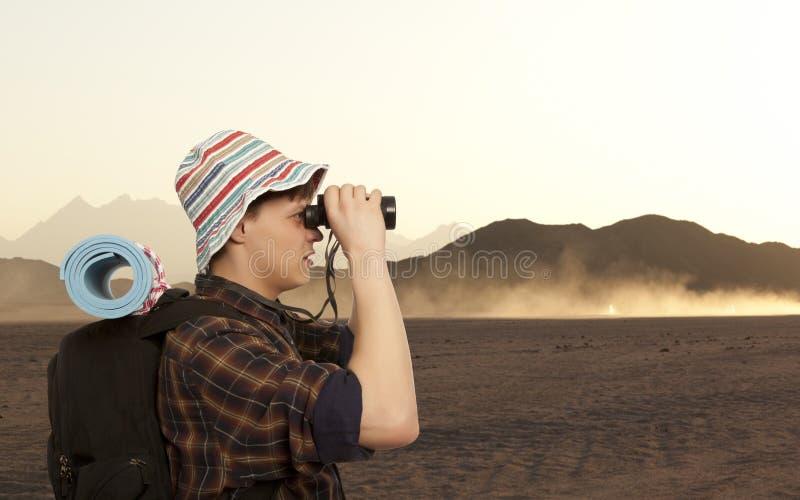 Mann mit einem Reiserucksack stockfoto