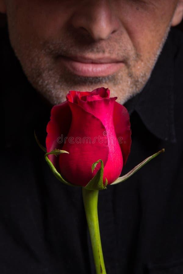 Mann mit einem Roten stieg lizenzfreie stockbilder
