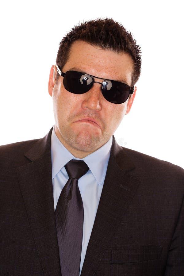 Mann mit einem Stirnrunzeln stockfotografie