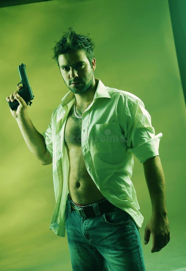 Mann mit einer Gewehr stockfotografie