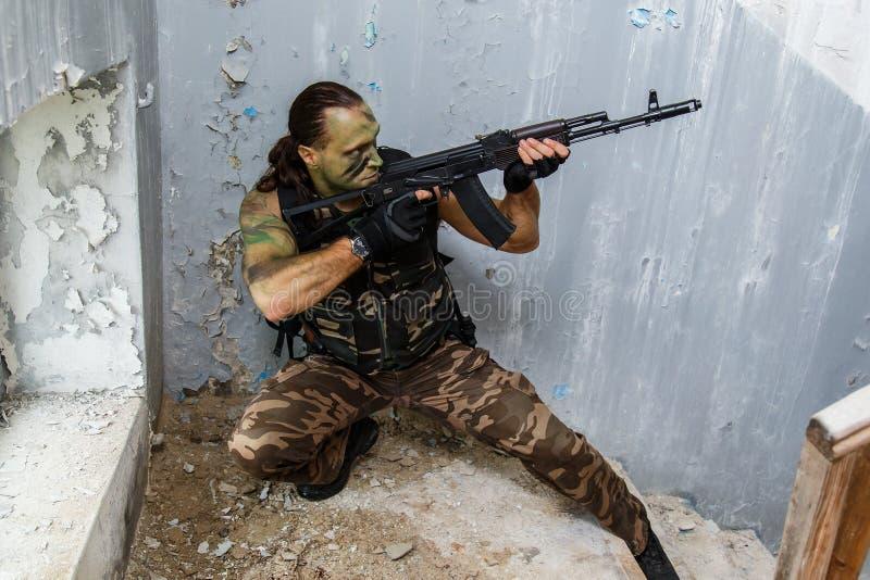 Mann mit einer Gewehr lizenzfreie stockfotos