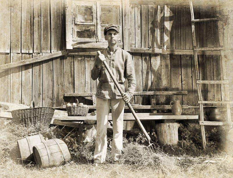 Mann mit einer Heugabel stockbilder