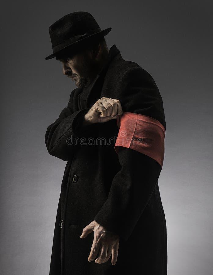 Mann mit einer roten Armbinde lizenzfreie stockfotografie