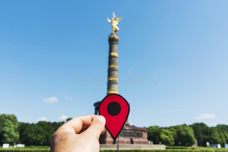 Mann mit einer roten Markierung in Berlin Victory Column stockfotos