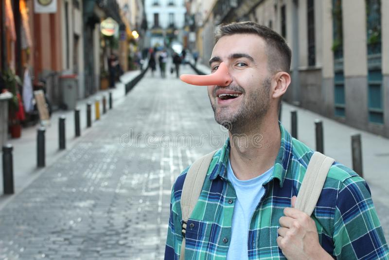 Mann mit einer sehr langen Nase lizenzfreies stockbild