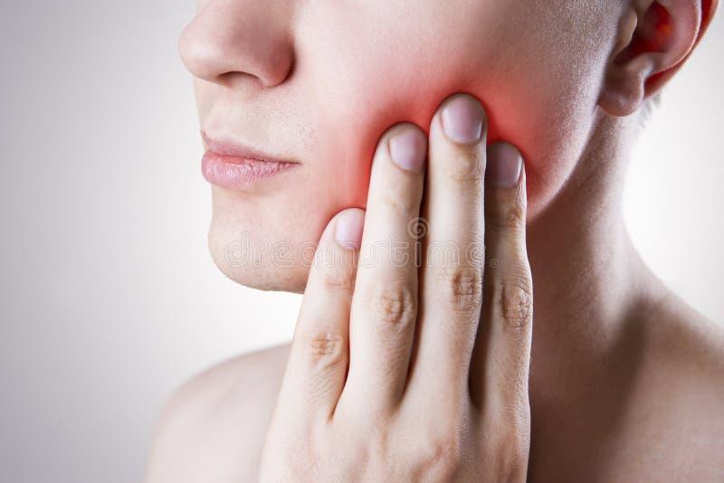 Mann mit einer Zahnschmerzen Schmerz im menschlichen Körper stockfoto