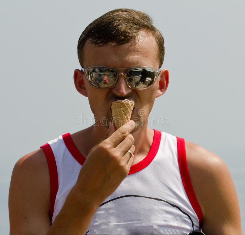 Mann mit Eiscreme lizenzfreies stockfoto