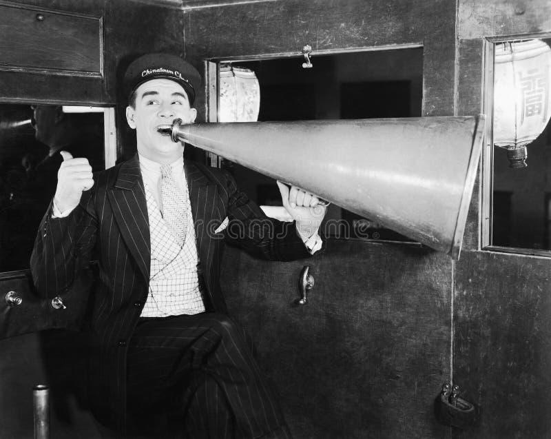 Mann mit enormem Megaphon (alle dargestellten Personen sind nicht längeres lebendes und kein Zustand existiert Lieferantengaranti stockbilder