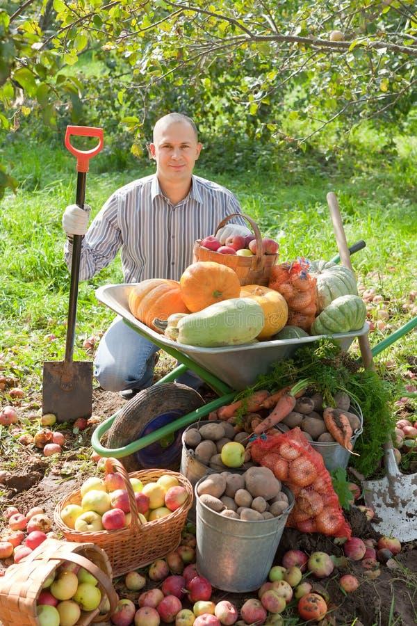 Mann mit Ernte im Garten lizenzfreies stockfoto
