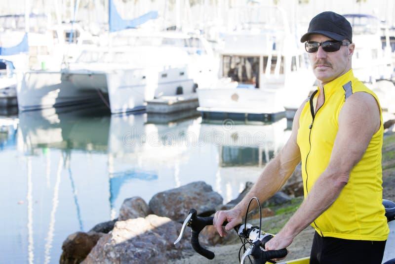 Mann mit Fahrrad stockfoto