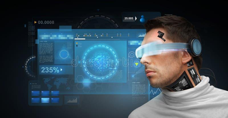 Mann mit futuristischen Gläsern und Sensoren stockfotografie