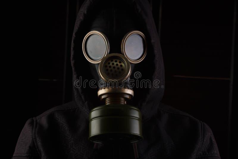 Mann mit Gasmaske stockfoto