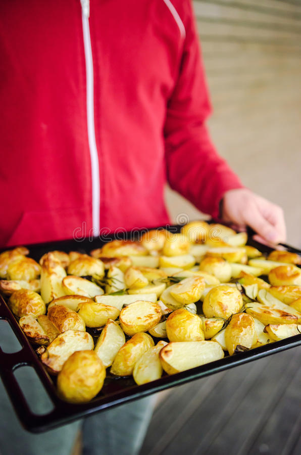 Mann mit gebratenen Kartoffeln stockbilder