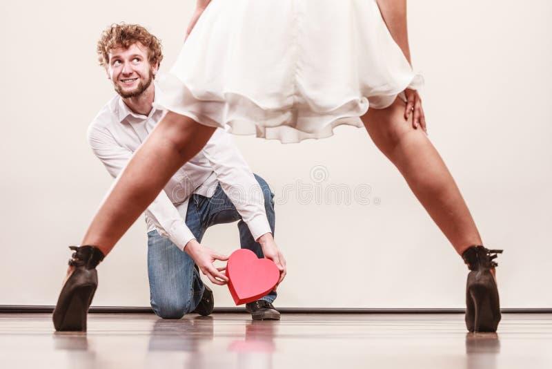 Mann mit geformter Geschenkbox des Herzens für Frau stockbilder