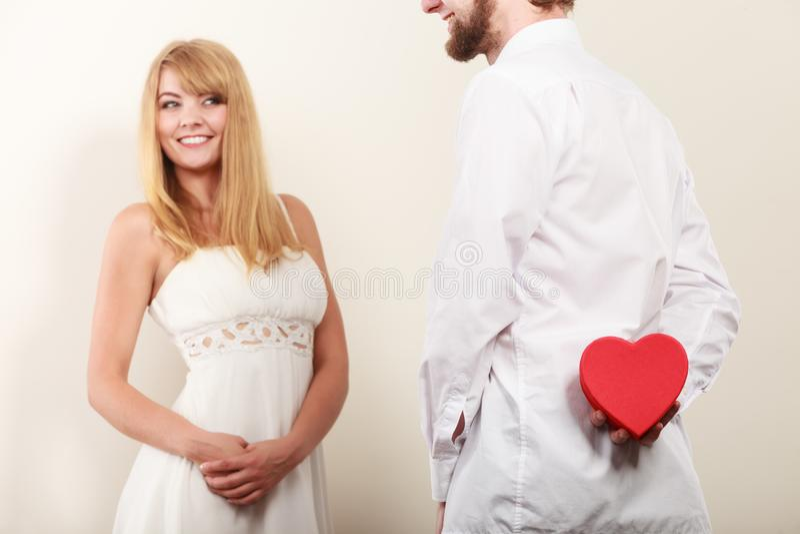 Mann mit geformter Geschenkbox des Herzens für Frau lizenzfreies stockbild