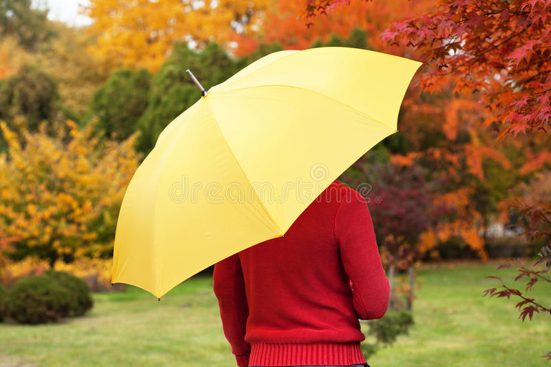 Mann mit gelbem Regenschirm lizenzfreie stockbilder