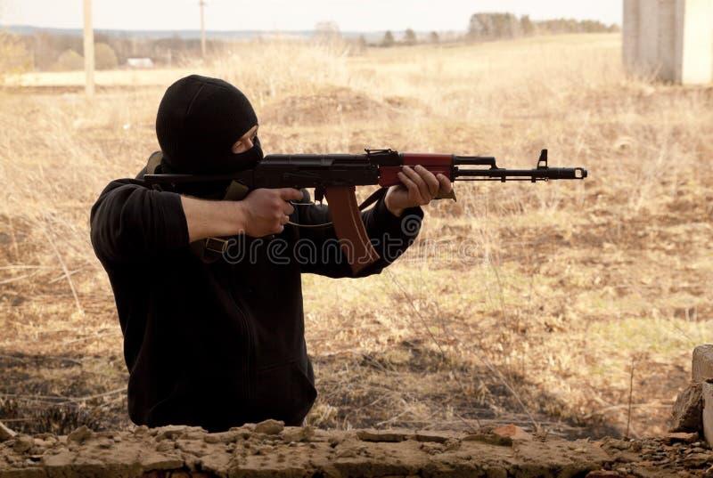 Download Mann mit Gewehr stockbild. Bild von angriff, schablone - 26366315