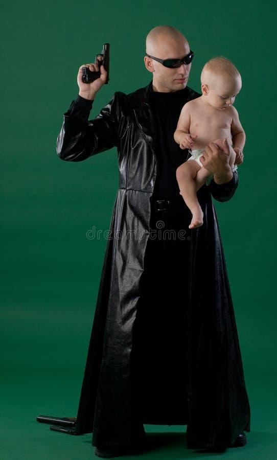Mann mit Gewehr und Sohn stockfoto
