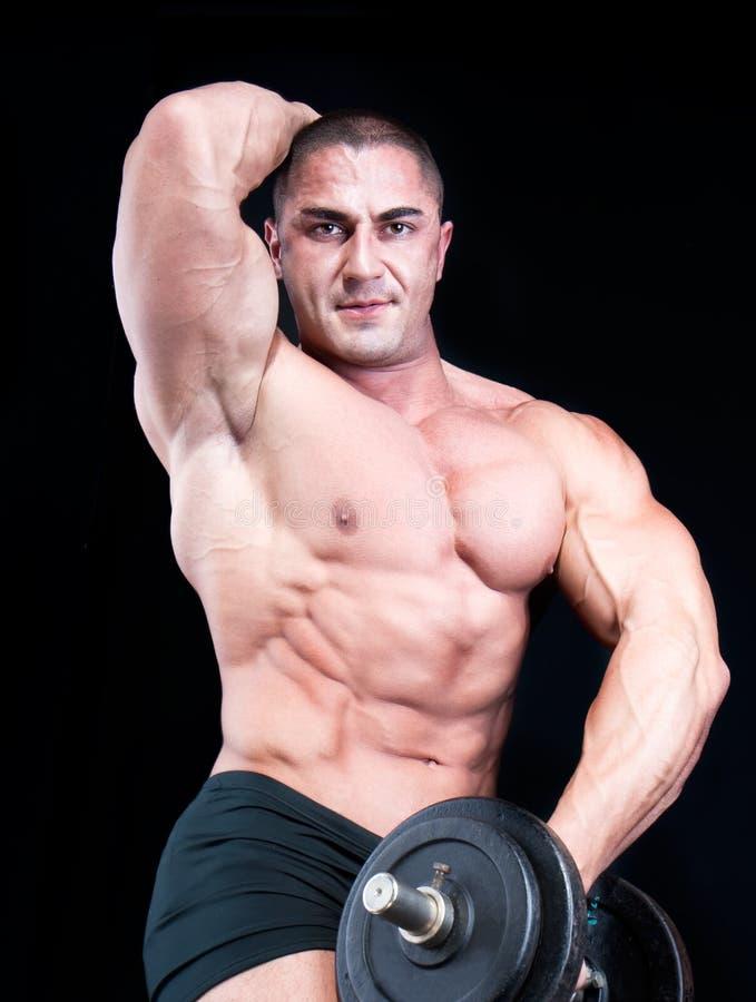 Mann mit Gewichten eines Stabes lizenzfreie stockbilder