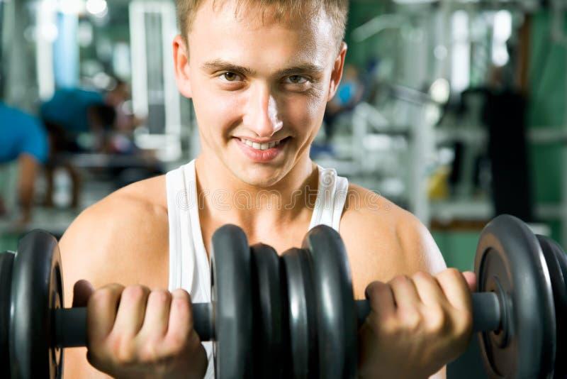 Mann mit GewichtsAusbildungsanlageen stockfoto