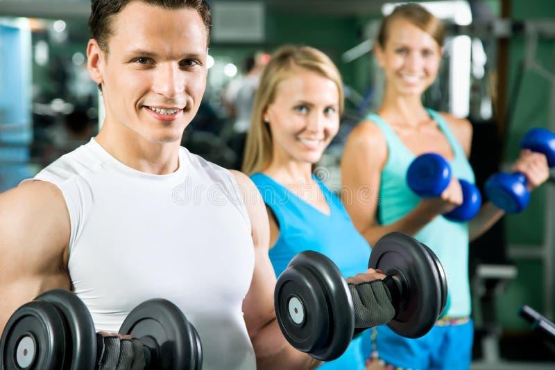 Mann mit GewichtsAusbildungsanlageen stockfotos