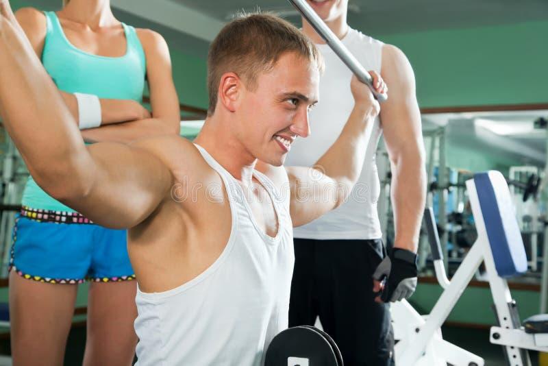 Mann mit GewichtsAusbildungsanlageen stockbild
