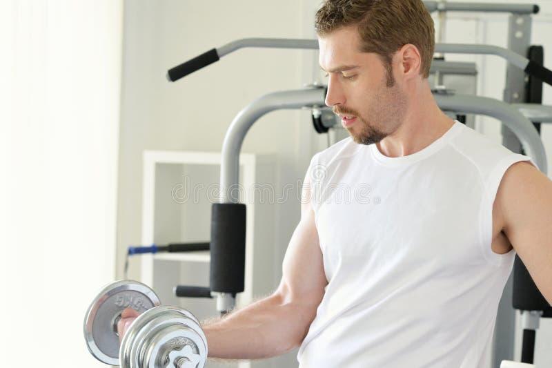 Mann mit GewichtsAusbildungsanlageen lizenzfreies stockfoto